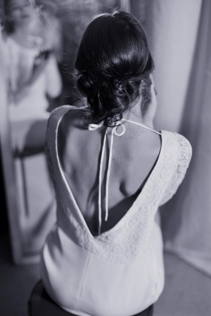 Soutien-gorge en dentelle florale de couleur ivoire. Ce soutien-gorge peut être porté sans bretelles. Le bandeau en bretelle peut être remplacé par un bandeau transparent pour être moins visible sous une robe au dos échancré ou en dentelle.